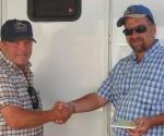 ברוך ופול לוחצים ידיים לאחר חתימה על ההסכם הראשון בהיסטוריה לייבוא סוסי סינגלפוט לישראל
